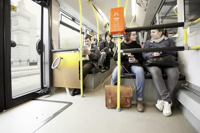 Fahrgäste im Bus an der Haltestelle Luzern Bahnhof