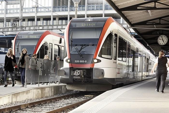 S-Bahn im Bahnhof Hochdorf